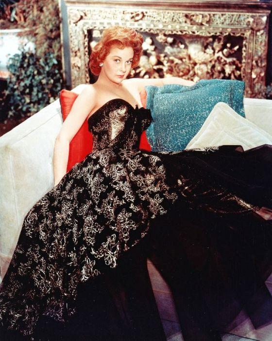 Обворожительная американская актриса Сьюзен Хэйворд в великолепном черном вечернем платье с узором.