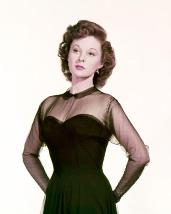 Сьюзен Хейворд в элегантном зеленом платье на корсете с прозрачным верхом и рукавами.