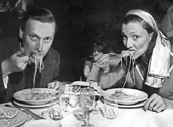 Лучший скрипач ХХ века Иегуди Менухин (Yehudi Menuhin) со своей супругой Дианой ужинают спагетти в Венеции.
