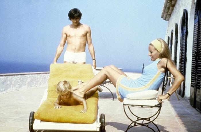 Французский актер Ален Делон (Alain Delon) со своей женой Натали и сыном Энтони на отдыхе в Сен-Тропе.