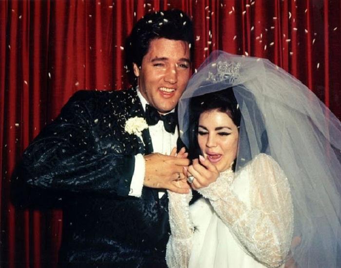Американский певец и актер Элвис Пресли (Elvis Presley) и его любимая Присцилла в день своей свадьбы.