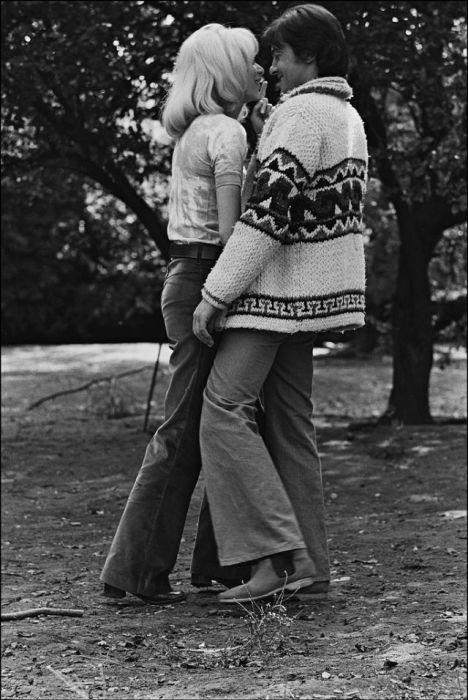 Французская актриса Мирей Дарк (Mireille Darc) и знаменитый Ален Делон, который был эталоном мужской красоты 1960-х годов.