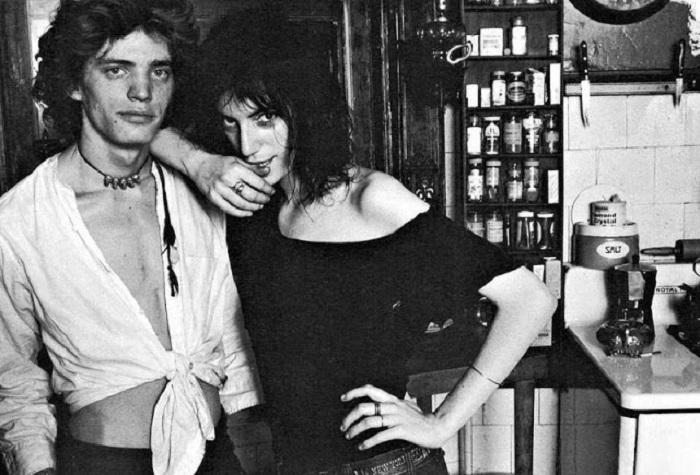 Американский фотохудожник Роберт Мэпплторп (Robert Mapplethorpe) со своей подругой – певицей и поэтессой Патти Смит (Patti Smith).