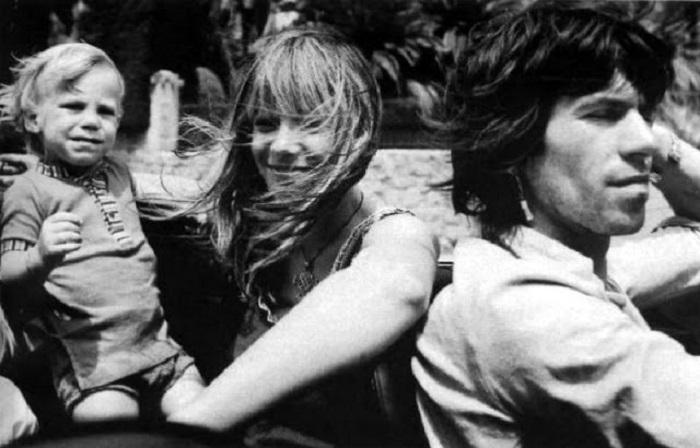 Британский гитарист Кит Ричардс (Keith Richards) со своей гражданской женой Анитой Палленберг (Anita Pallenberg) и старшим сыном Марлоном.