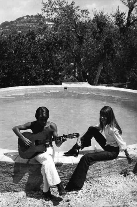 Французский композитор Жак Дютрон (Jacques Dutronc) и певица Франсуаза Арди в арендованном доме в Порт-Гримо.