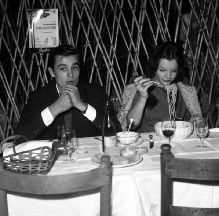 Французский актер Ален Делон (Alain Delon) за столиком в римском ресторане вместе со своей звездной подругой – киноактрисой Роми Шнайдер (Romy Schneider).