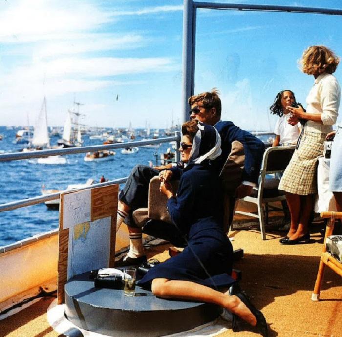 35-й президент США Джон Ф. Кеннеди (John F. Kennedy) вместе с женой внимательно следят за проходящими гонками на яхтах.