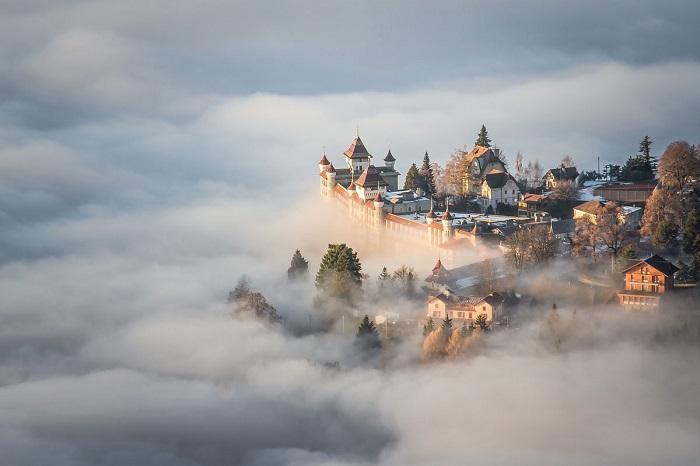 Магическая красота замка на горной вершине. Автор фотографии: Boukhechina Malik.