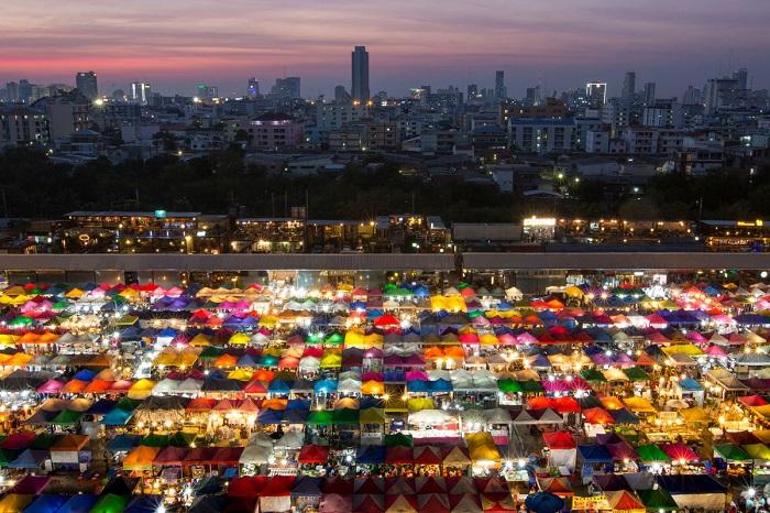 Красочный рынок Бангкока принимает покупателей круглосуточно. Автор фотографии: Kajan Madrasmail.