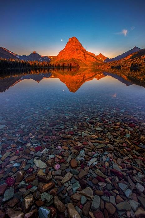 Первые лучи солнца в национальном парке Глейшер, США. Автор фотографии: Manish Mamtani.