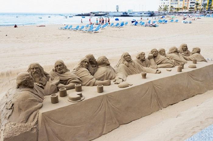 Великолепная песчаная скульптура.