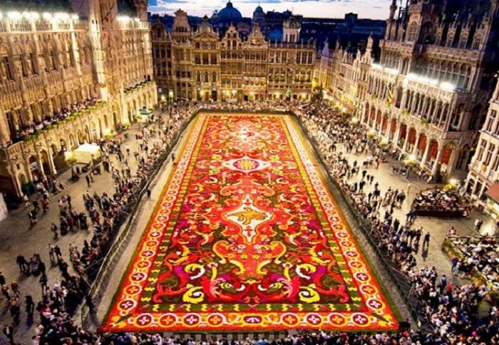 Огромный ковер из цветов украшает главную площадь города перед зданием муниципалитета.