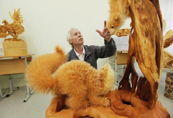 Школьный учитель из села Кожаны Красноярского края Сергей Бобков создает удивительные скульптуры из деревянной стружки.