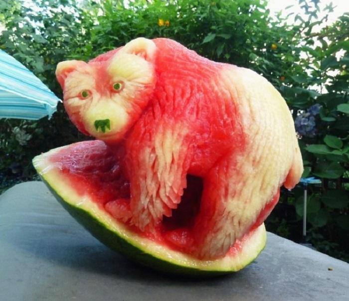 Медведь, вырезанный из арбуза.