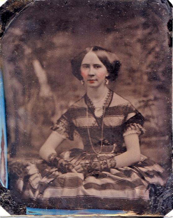 Когда юная особа вступала в возраст невесты, волосы разделяли прямым пробором и гладко зачёсывали.