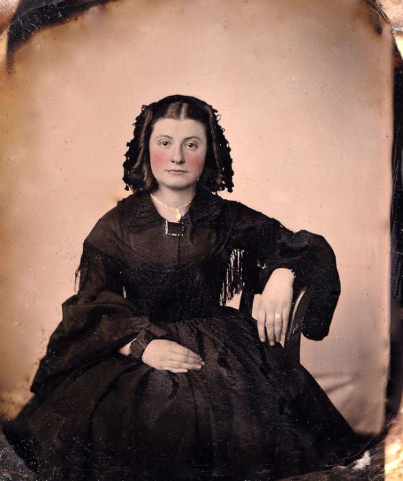 Прекрасная молодая женщина в траурном наряде.