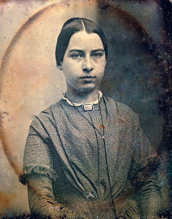 Молодая женщина с золотой траурной брошью.