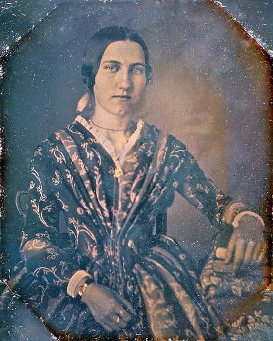 Молодая женщина в богатом наряде.
