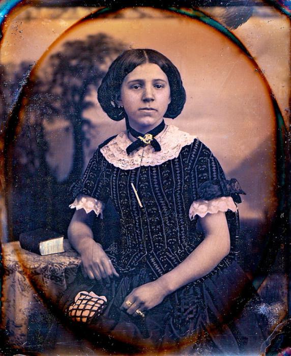 Девушка с веснушками в нарядном платье.
