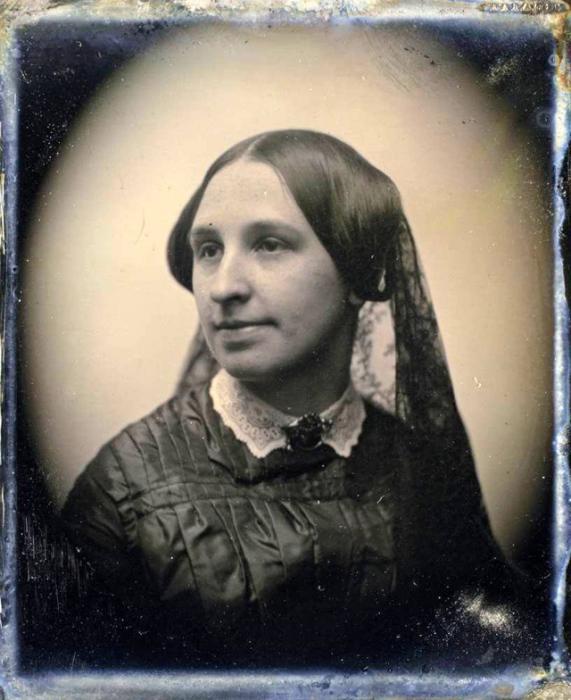 Допускалась скромная отделка платья и появлялись траурные ювелирные украшения, вуаль завязывалась вокруг головы.