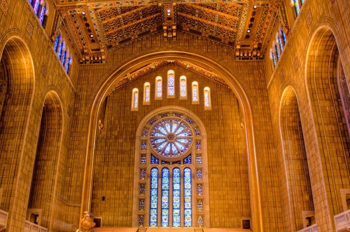 Потрясающая мозаика, арки и витражи стоят того, чтобы посетить храм Эману-Эль.