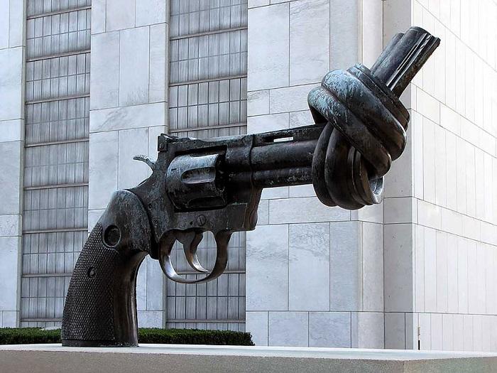 Необычный памятник в виде револьвера, установлен возле штаб квартиры ООН в Нью-Йорке.