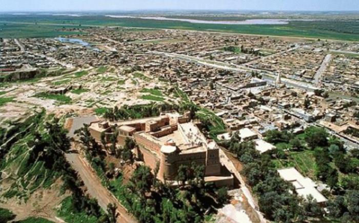 В 4 200 г д.н.э. был основан древний город Сузы, который сейчас называется Шуш. Сегодня в нём живет 65 000 жителей, хотя когда-то их было больше.