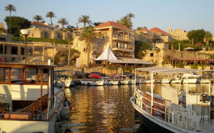 Более 7 000 лет назад город был основан как Гебал финикийцами, а современное название ему дали греки.