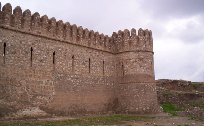 Сейчас можно увидеть крепость, которой уже исполнилось 5 000 лет. Город расположен в 240 км от Багдада и является одним из центров нефтяной промышленности.