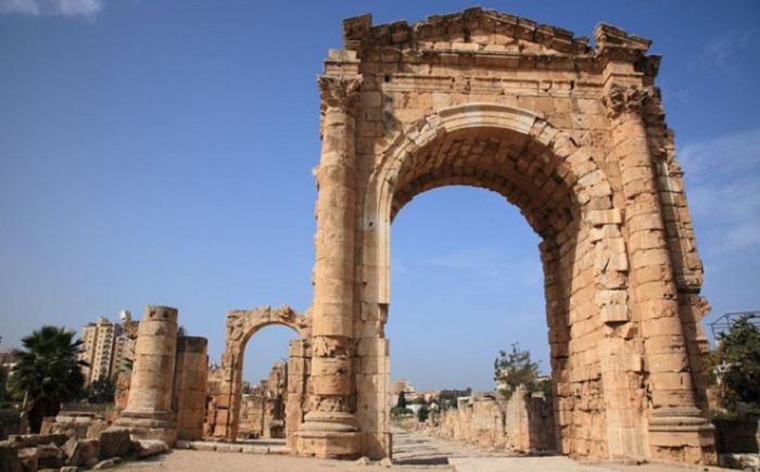 Первое поселение здесь появилось в 2750 г д.н.э. С того времени город пережил многие завоевания, многих правителей и полководцев.