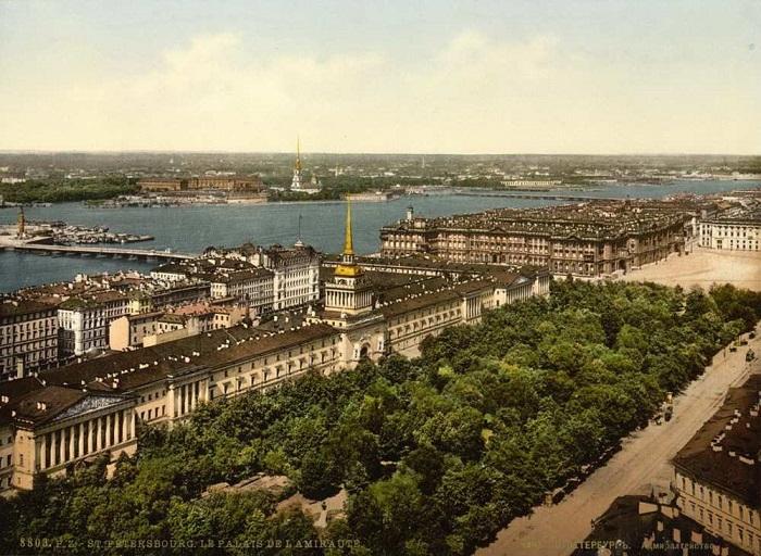 Александровский сад перед главным фасадом Адмиралтейства.