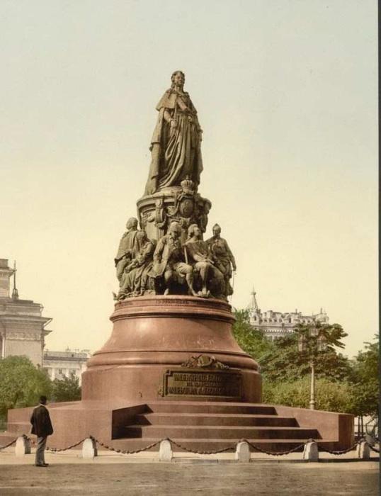 Памятник на площади Островского перед Александринским театром.