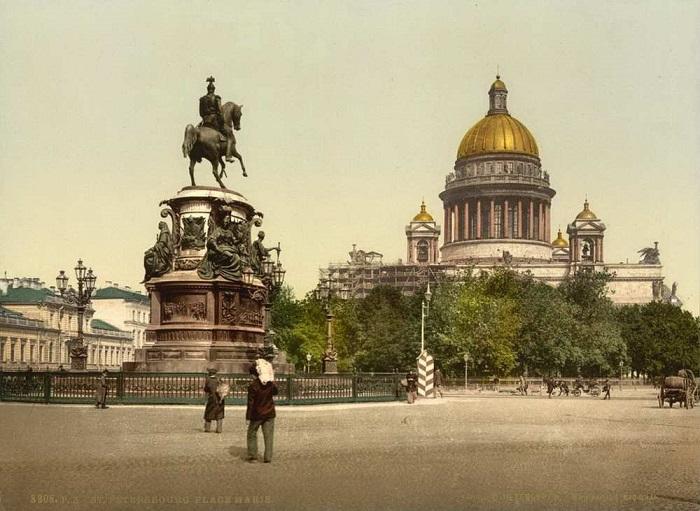Памятник на Николаевской площади.