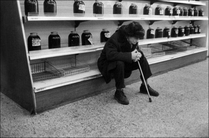 Мужчина у пустых прилавков в продуктовом магазине в Нижнем Новгороде, 1991 год.