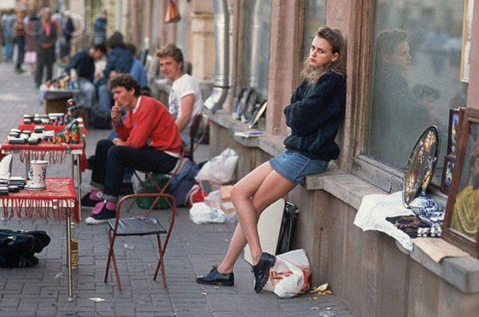 За короткий срок на улицы городов выплеснулись сотни тысяч торгующих, которых народ ещё по привычке называл спекулянтами.