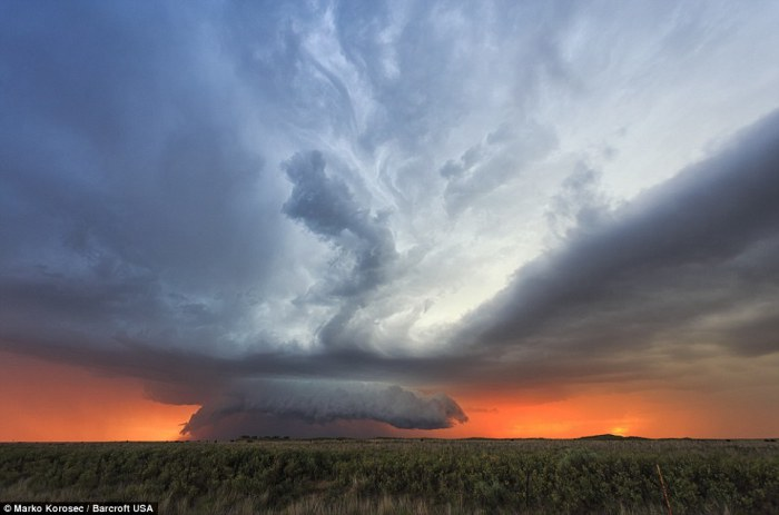 Грозовая суперъячейка на фоне закатного неба в Блдсо, штат Техас, США.