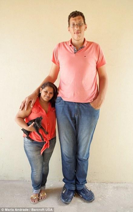 Гигант Джолисон Фернандес Да Силва и его 21-летняя девушка Эвем Медейрос.