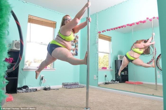 25-летняя Ида Мэйбури (Eda Maybury) танцует на пилоне у себя дома в Миссури, США. Девушке пришелся по душе этот вид спорта, несмотря на то, что она весит 118 килограммов.