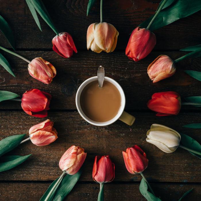 Чашка ароматного кофе с цветами.