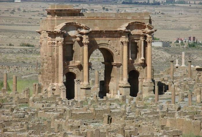 Руины Тимгада — одна из хорошо сохранившихся исторических ценностей Алжира.