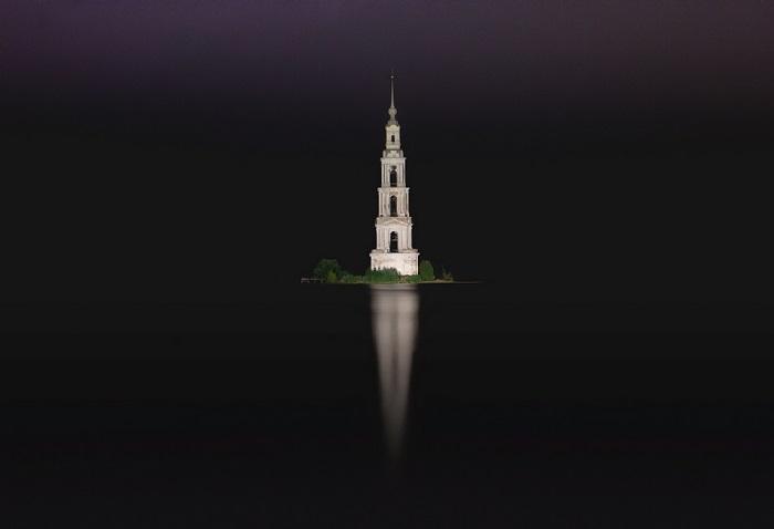 Уцелевшая Калязинская колокольня, которая вырастает прямо из воды, ранее была частью монастыря, взорванного во времена строительства ГЭС.