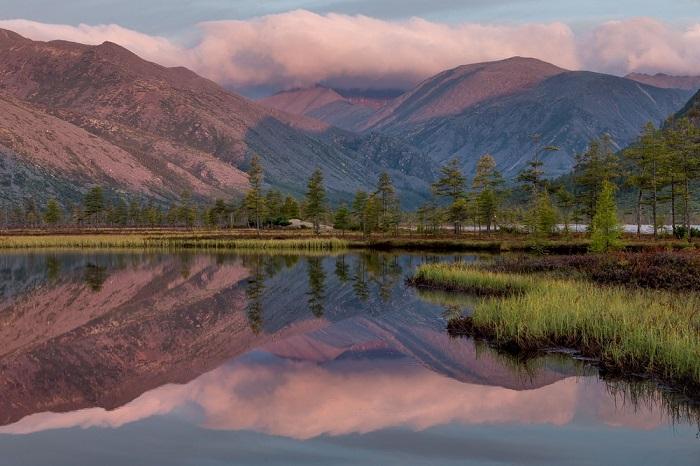 Одно из самых больших и прекрасных озер Дальнего Востока с невысокими берегами, поросшими лиственным лесом, получило свое название из-за книги Джека Лондона «Мартин Иден», которую исследователи нашли на берегу.