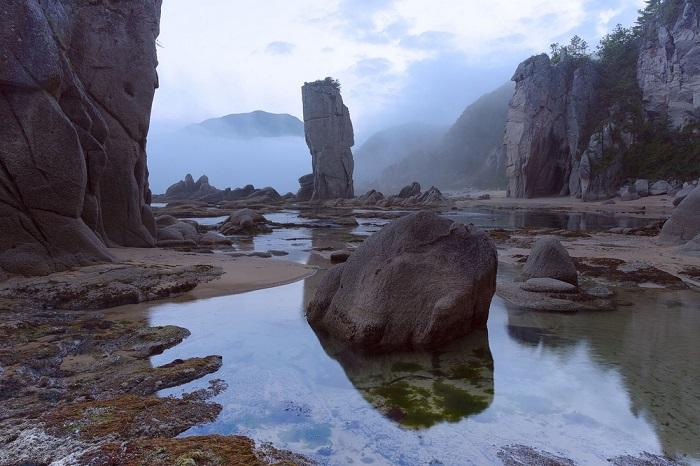 Лазовский заповедник расположен вдоль побережья Японского моря и знаменит своими песчаными пляжами и кекурами – фантастическими столбовидными скалами естественного происхождения.