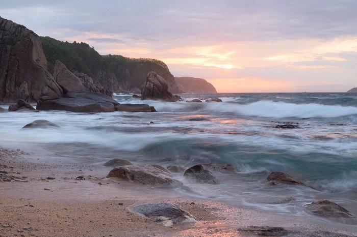 Над поверхностью Японского моря часто проходят ураганы и тайфуны, а вдоль побережья тянутся высокие скалистые обрывы.