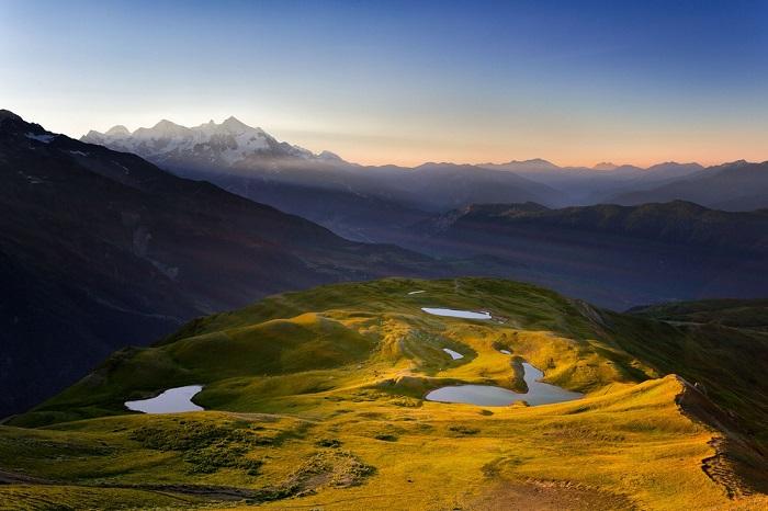 Маленькие озера, сфотографированные с высоты, похожи на россыпи бриллиантов среди горного пейзажа.