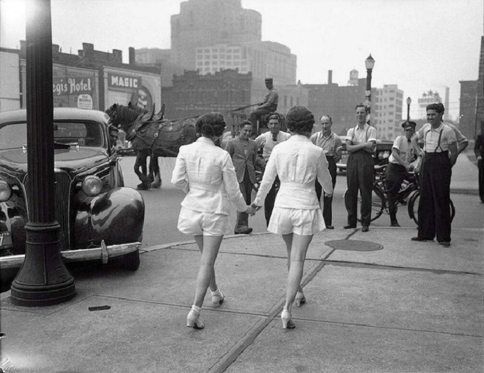 Две девушки впервые предстали на публике с обнажёнными ногами в Торонто.