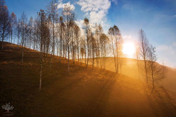 Закаты и восходы румынский фотограф снимал под разными углами в самых отдаленных уголках Трансильвании.