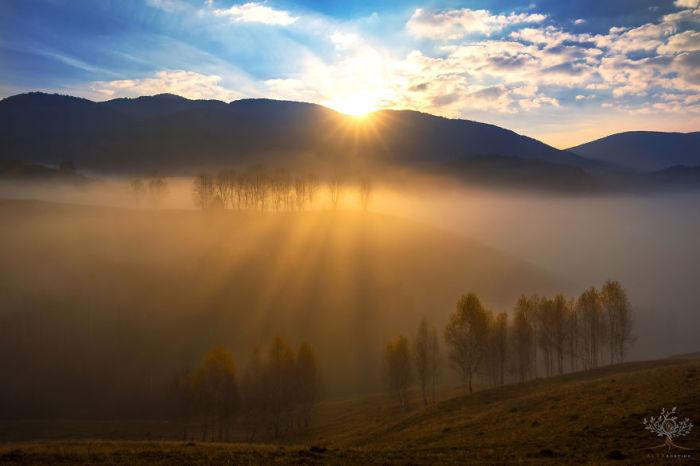 Покрытые утренним туманом холмистые долины Трансильвании надежно защищены цепью Карпатских гор.