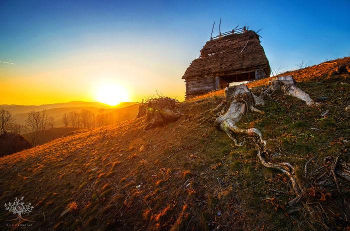 Заброшенные горные деревни и полуразрушенные старинные постройки невольно заставляют держаться настороже.