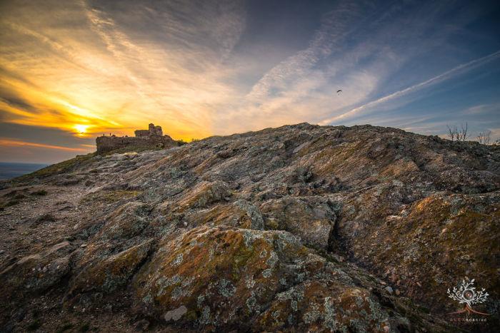Горы, замки и крепости идеально вписываются в здешние ландшафты, которые таят немало тайн и секретов.